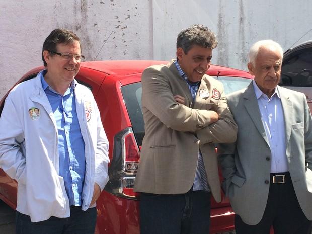 Candidato ao Senado do RS pelo PMDB, Pedro Simon acompanha colegas de partido durante votos (Foto: Guilherme Pontes/G1)