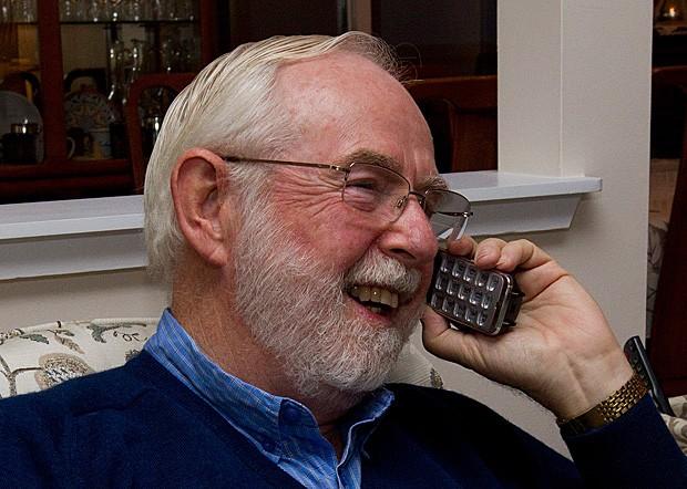 Arthur B. McDonald, um dos vencedores do Prêmio Nobel de Física de 2015, recebe telefonema de parabenização (Foto: Lars Hagberg/Reuters)