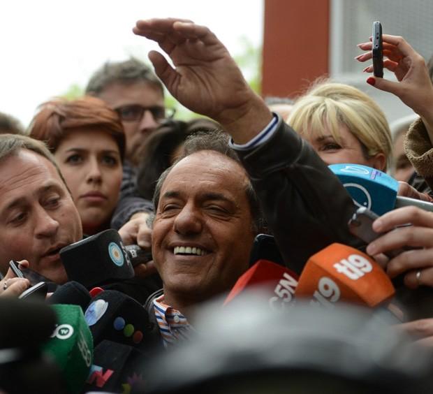 Daniel Scioli, líder nas pesquisas das eleições argentinas de 2015, aparece para votar (Foto: Eitan Abramovich/AFP)