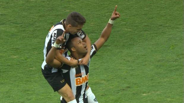 Fernandinho e Neto Berola comemoram gol do Atlético-MG (Foto: Reprodução / TV Globo Minas)