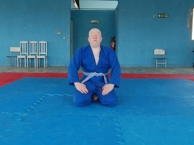 Davi Dias é albino e tem deficiência visual. Jovem pratica judô, futebol de cinco e goalball (Foto: Gustavo Xavier / G1)