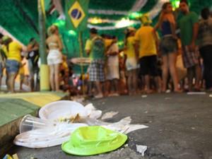 Plásticos se acumularam à margem das calçadas, em Manaus (Foto: Abinoan Santiago/G1 AM)