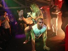 Valesca Popozuda senta nas costas de dançarino durante show