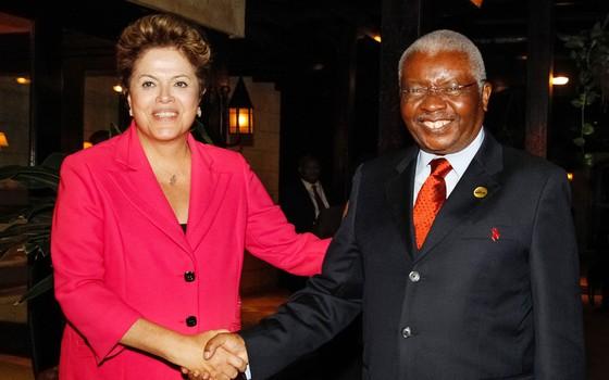 ESTRATÉGIA Dilma Rousseff e o presidente de Moçambique, Armando Guebuza, em 2013. Segundo a embaixada, a presidente se dispôs a resolver a liberação do empréstimo ao país africano