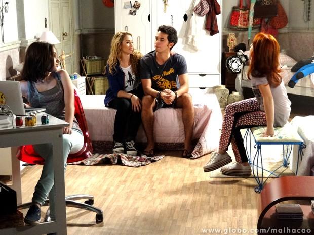 Meg, Giovana e Clara tentam convencer Ben a participar do musical. Será que ele vai topar? (Foto: Malhação/TV Globo)