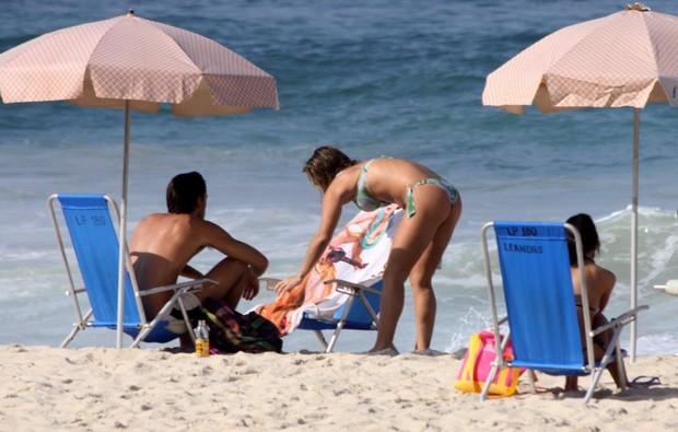 Priscila Fantin com o marido na praia (Foto: J. Humberto / AgNews)