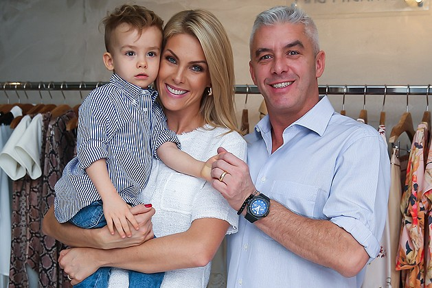 Ana Hickmann com o marido, Alexandre Corrêa, e o filho do casal, Alexandre 61578e8c85