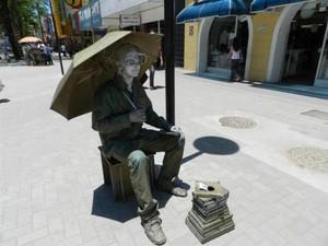 'Estatua Viva' reagiu a assalto com batidas de guarda-chuva (Foto: Marcelo Nazar/Arquivo Pessoal)