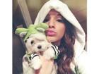 Bruna Marquezine faz bico em foto com a cadelinha