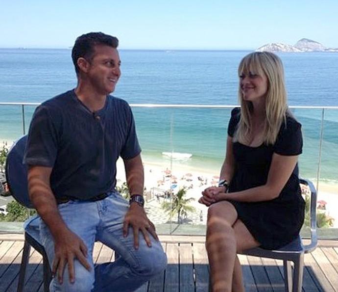 Luciano Huck e Reese Witherspoon em entrevista no Caldeirão Huck (Foto: TV Globo)