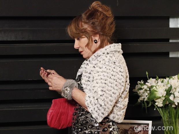 Gláucia rouba joia de Pamela na mansão Marra (Foto: Raphael Dias/TV Globo)