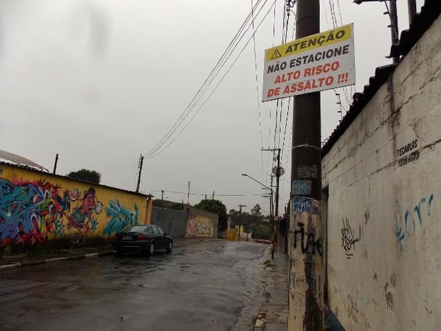 Placa alerta quem quer estacionar na rua Paulo José Bazzani, no bairro do Macedo (Foto: Rosanne D'Agostino/G1)
