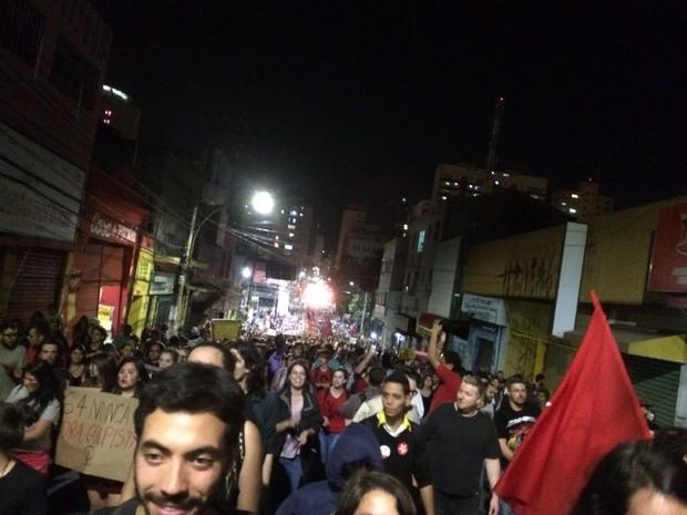 Manifestantes caminham pelas ruas de Campinas (SP) em ato contra o governo  (Foto: Marina Ortiz)