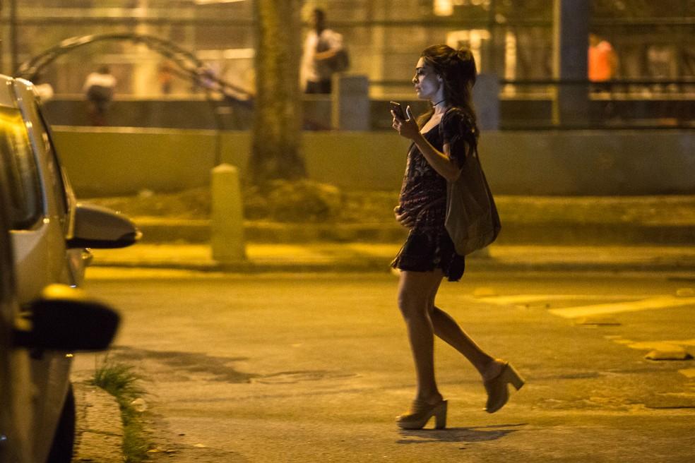 Para não correr o risco de ser assaltada e perder a grana, ela coloca o dinheiro na barriga, simulando uma gravidez (Foto: Fábio Rocha/Gshow)