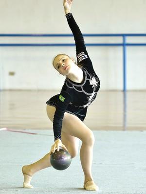 Angélica Kvieczynski apresentou pela primeira vez a série da bola no Grand Prix de Holon (Foto: Divulgação)