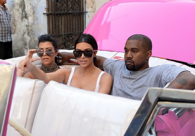 Kim Kardashian visita Cuba com Kanye West, a filha North West, e o resto da família (Foto: Grosby Group)