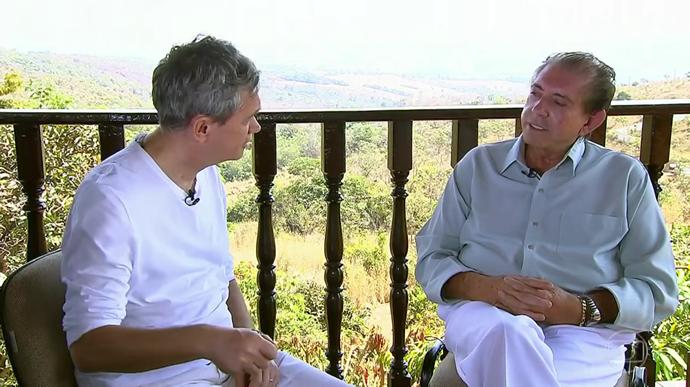 Serginho entrevista João de Deus (Foto: Rede Globo/Altas Horas)