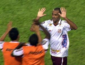Pedrão comemora gol na vitória contra a Francana (Foto: Márcio Meirelles/EPTV)