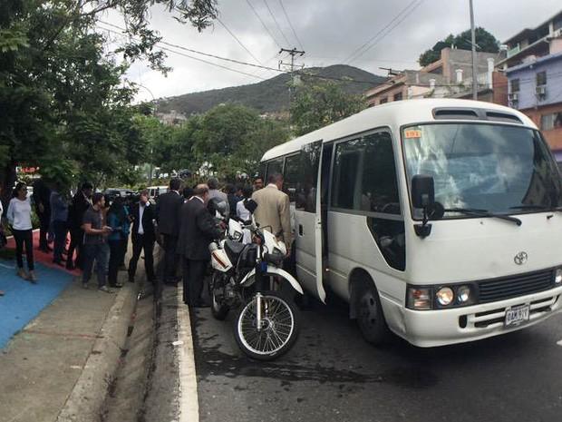 Senadores brasileiros são cercados por manifestantes em Caracas (Foto: Reprodução/Twitter/MariaCorinaYA)
