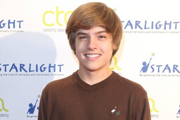 """Dylan Sprouse, um dos protagonistas de Zack e Cody: Gêmeos em Ação (2005–2008), hoje tem 21 anos e se tornou recepcionista num restaurante para """"bancar o vício em vídeo games"""" e """"tentar uma nova experiência"""". (Foto: Getty Images)"""