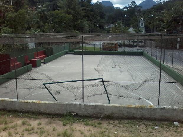 Quadra de esportes está com quadras e alambrados quebrados, entre outros problemas (Foto: Geizon Corrêa)