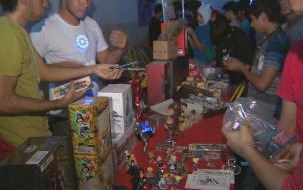 Público vendo os produtos expostos no Amapanime (Foto: Reprodução/TV Amapá)