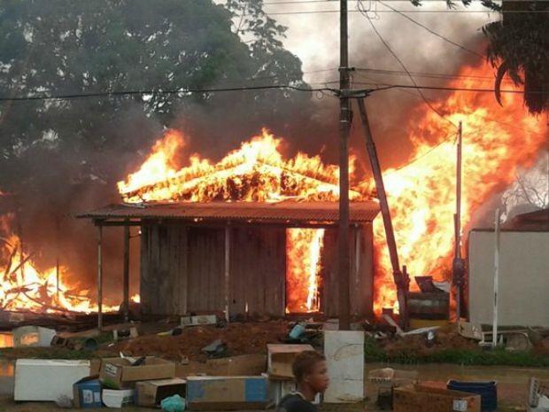 Chamas se espalharam rapidamente pela casa (Foto: Anari Notícia/ Reprodução)