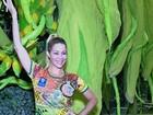 Danielle Winits mostra samba no pé no barracão da Grande Rio