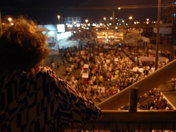 Natalense acompanha a caminhada dos manifestantes da #RevoltadoBusão (Foto: Fabiano de Oliveira/G1)