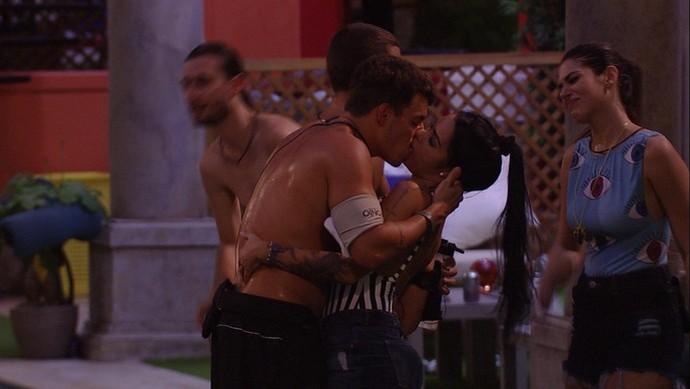Antônio e Mayara deram o primeiro beijo do BBB17 (Foto: TV Globo)