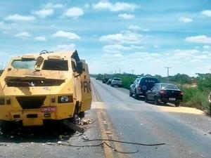 Carro-forte explodido em Itaguaçu da Bahia (Foto: Luciano Castro/Central Notícia)