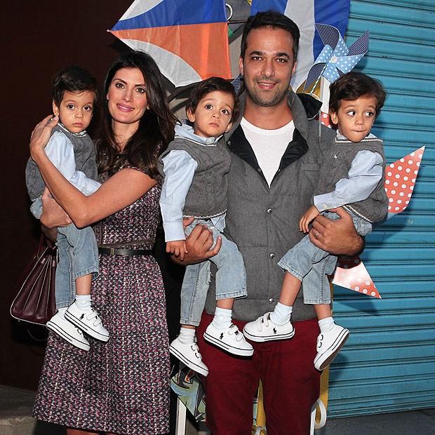 Isabella Fiorentino com o marido, os três filhos (Foto: Manuela Scarpa e Marcos Ribas/Foto Rio News)