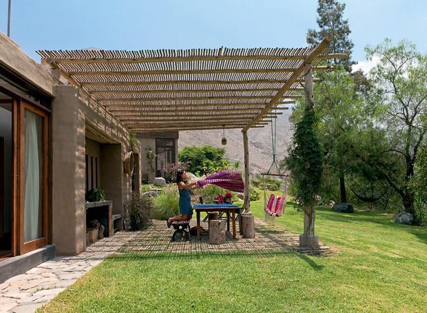 varanda-mesa-rede-toalha-jardim-verde.jpg