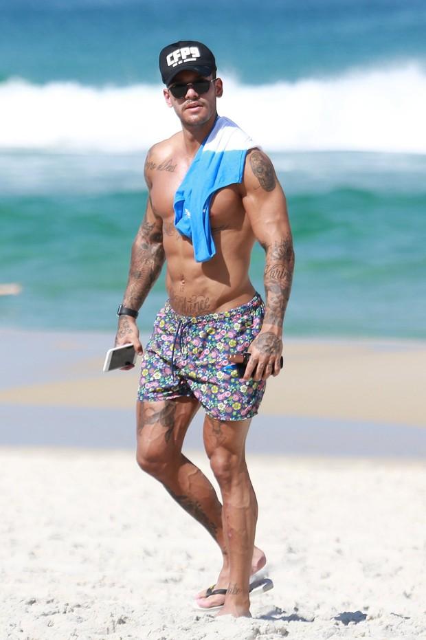 Lucas Lucco  em praia (Foto: Dilson Silva / Agnews)