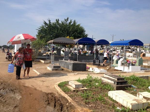 Visitantes antecipam visitas nos cemitérios para limpeza e manutenção dos túmulos (Foto: Gaia Quiquiô/G1)