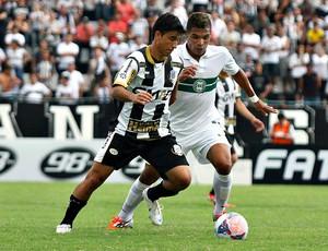 Rone Dias, do Operáro-PR, disputa a bola com Júnior Urso, do Coritiba (Foto: Divulgação / Site oficial do Coritiba)