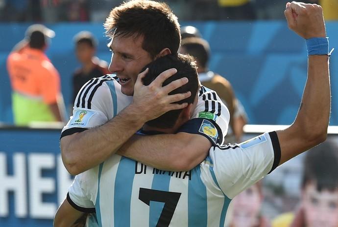 Messi abraça Di María, que marcou o gol na prorrogação para a Argentina