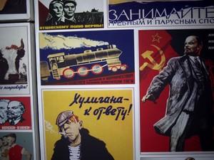 Parede cheia de propaganda soviética no Nazdarovie (Foto: Ramon Espinosa/AP)