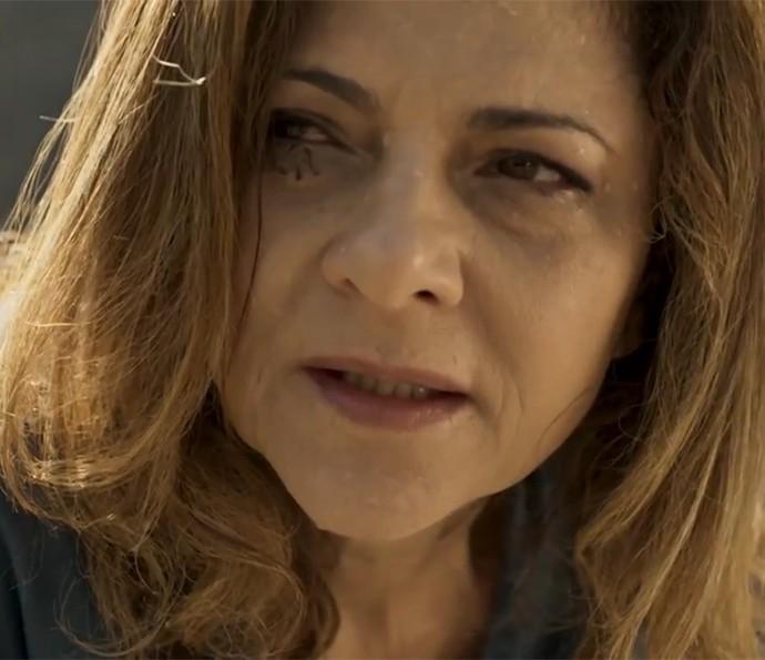 Cecília demora a entender o que está enxergando (Foto: TV Globo)