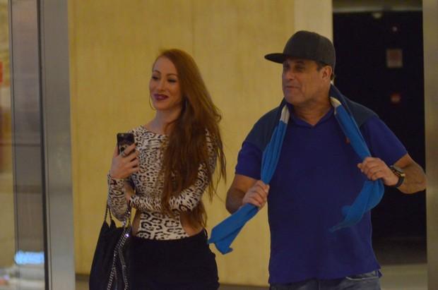 Ex-BBB Aline e Sergio Mallandro em shopping na Zona Oeste do Rio (Foto: Fabio Moreno/ Ag. News)