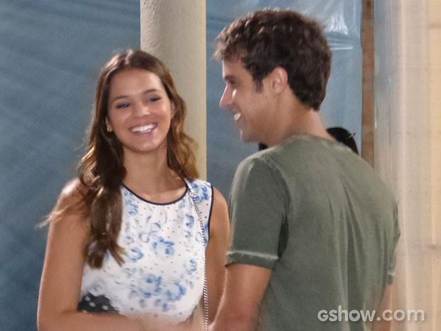 Luiza e Leto conversam numa boa, alheios aos comentários (Foto: Em Família/TV Globo)