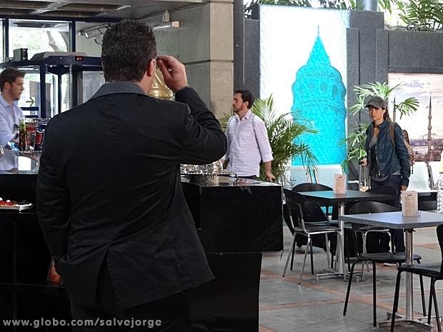 Morena dá de cara com Russo (Foto: Salve Jorge/TV Globo)