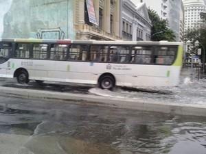 Ônibus e veículos tinham dificuldade para passar com a água (Foto: Marion Monteiro/G1)