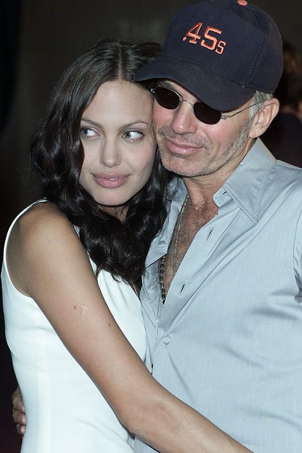 Quando era casada com Billy Bob Thornton, Angelina Jolie não era tão comportada como hoje. Durante o tapete vermelho de uma premiação ele admitiu na cara dura que eles tinham acabado de ter relações no carro a caminho do evento (Foto: Getty Images)