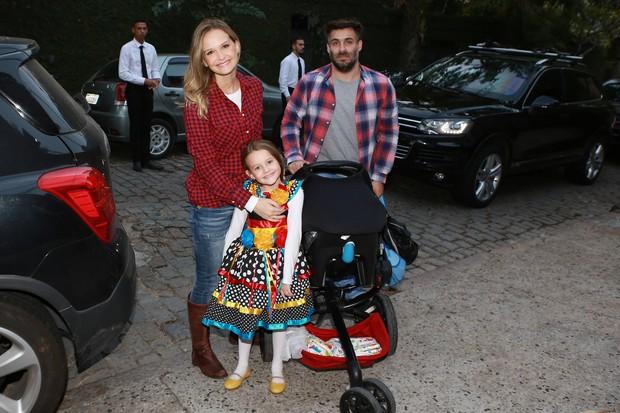 Fernanda Rodrigues, Raoni Carneiro e os filhos no Arraiá do Huck (Foto: Dilson Silva/ Ag. News)