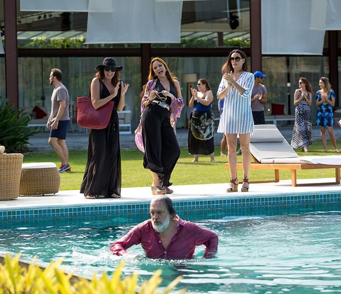 Rebeca e Leonora acham graça quando Penélope empurra o ex-marido na piscina (Foto: Fabiano Battaglin/Gshow)