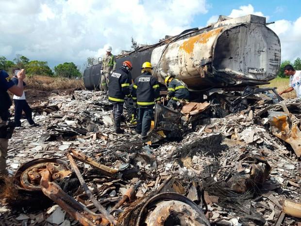 Carreta e caminhão explodiram após batida na Bahia (Foto: Rafael Vedra/Liberdade News)