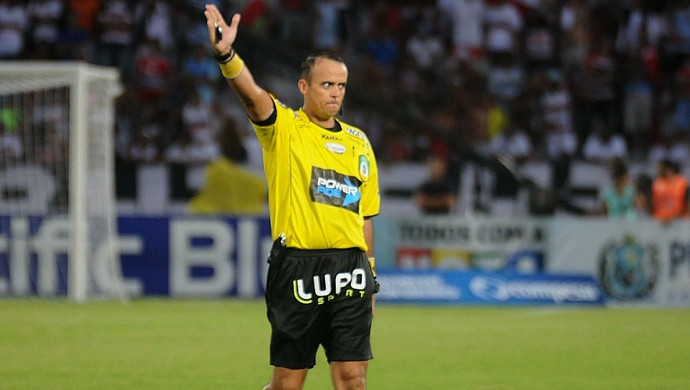 árbitro nielson nogueira (Foto: Aldo Carneiro / Pernambuco Press)