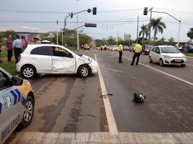 Segundo a PM, a motorista furou o sinal vermelho e atingiu em cheio a motocicleta da vítima (Foto: Patrício Reis/G1)