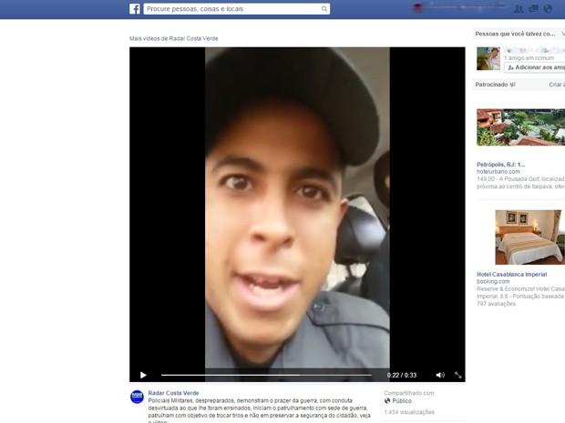 Policial 'faz carinho' em fuzil durante vídeo (Foto: Reprodução/ Internet)